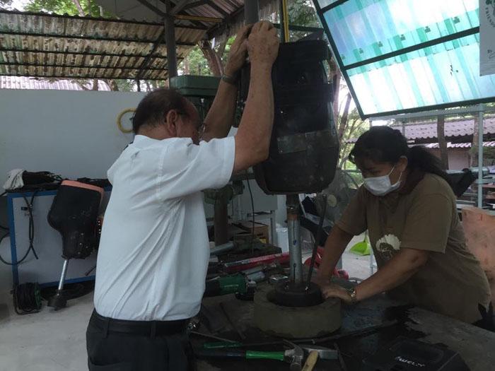 Доктор Живакате с помощниками совмещают детали протеза.