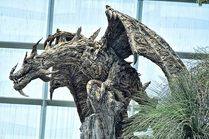Дракон, созданный из коряг.