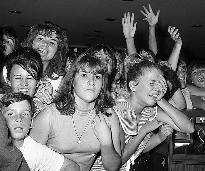 Август 1965г. Около 500 фанов встречают группу в аэропорту Лос Анжелеса.