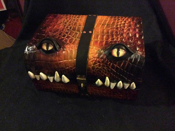 Кожаный чемодан с глазами.