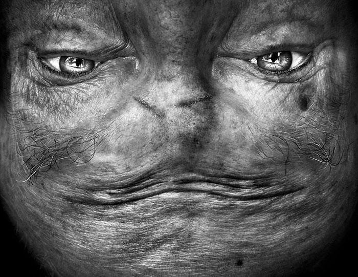 Шрамы на лбу создают некое подобие рта на лице монстра.