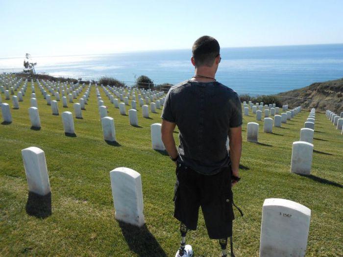 Темур стоит на кладбище, где похоронены солдаты. Сан Диего, Калифорния.