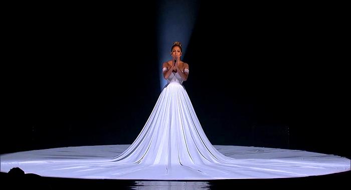 Великолепное платье, ожившее на сцене.