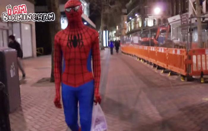 Супергерой в ночном Бирмингеме.