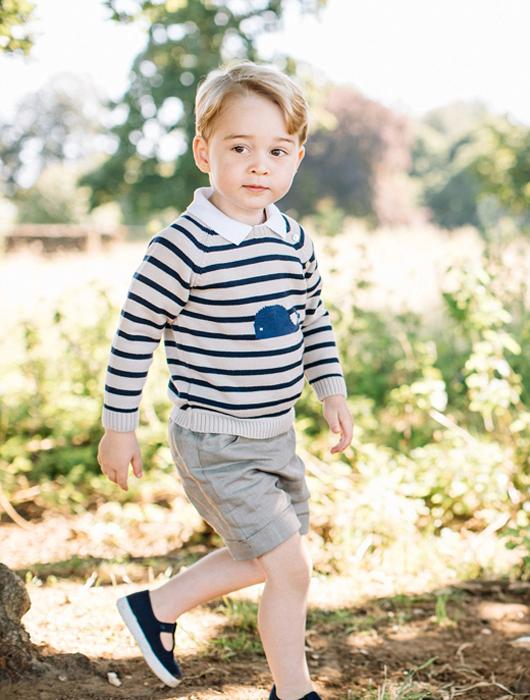 На новой серии фотографий принц Джордж одет в повседневную одежду и обут в босоножки Trotters.