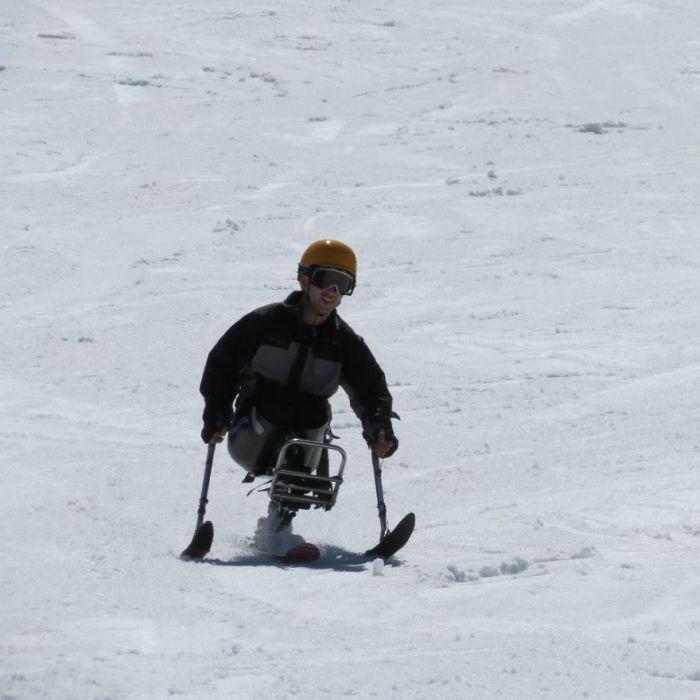 Даже будучи без ног, Темур может кататься на лыжах.