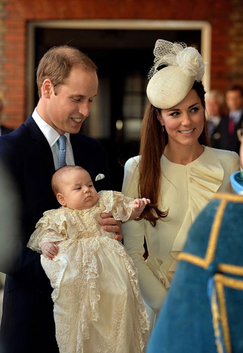Герцог и герцогиня Кембриджские со своим трехмесячным сыном в королевской часовне в день крестин Джорджа. Октябрь 2013.