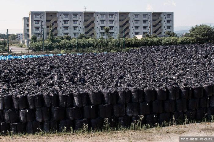 Мешки с радиоактивной землей были сложены в одном месте в несколько слоев.