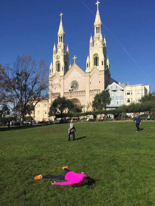 Притворяясь мертвой у церкви в Сан Франциско.  Instagram stefdies.