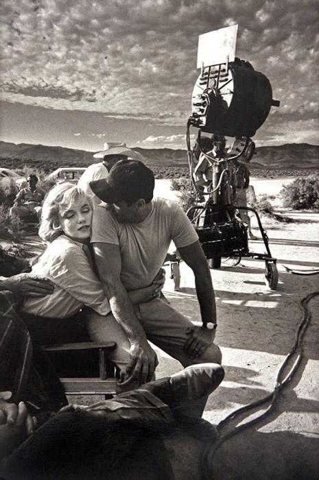 Мэрилин Монро на съемках фильма *Неприкаянные*.  Автор фото: Eve Arnold.