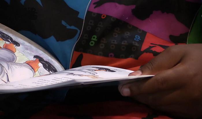 Дети сами выбирают себе книжку для чтения.