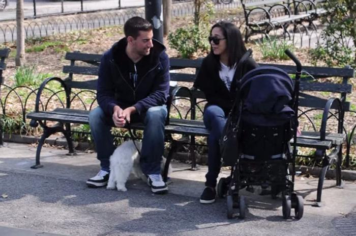 Джои Саладс разговаривает с матерью ребенка.