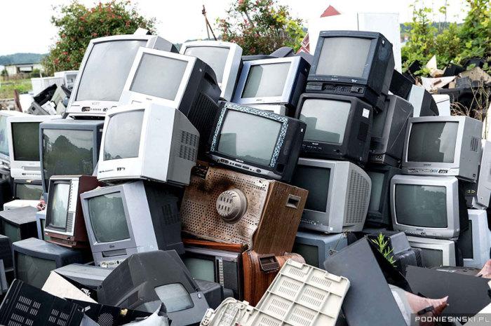 Эти телевизоры были сложены вместе как часть ограждения.