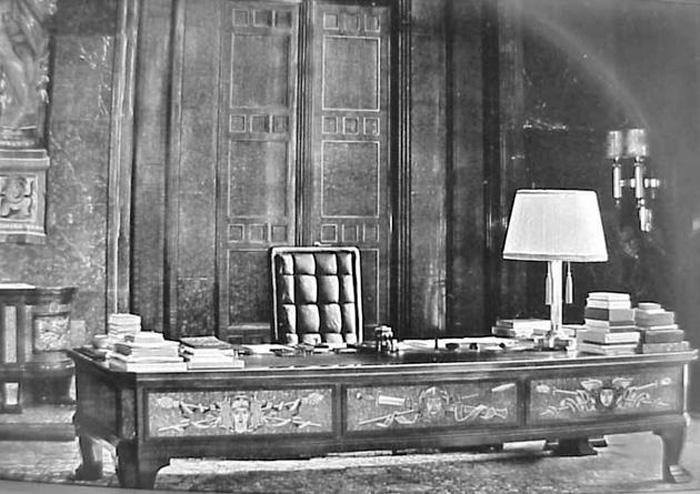 Adolf Hitler: рабочий стол в огромной кабинете.