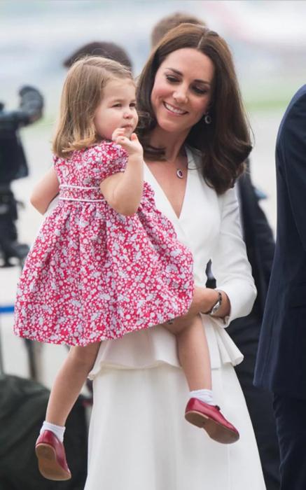 Шарлотта на руках у мамы Кейт.