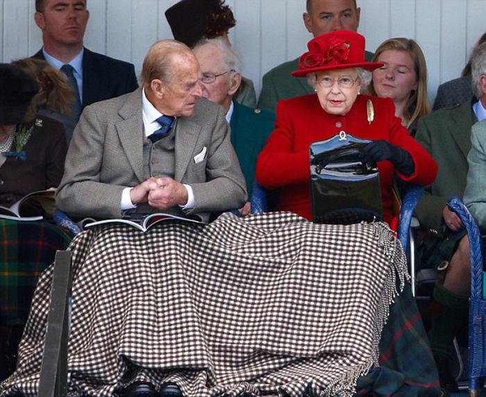 В сумочке королевы находится только самое необходимое: зеркальце, очки, ручка, платок и мятные конфетки.