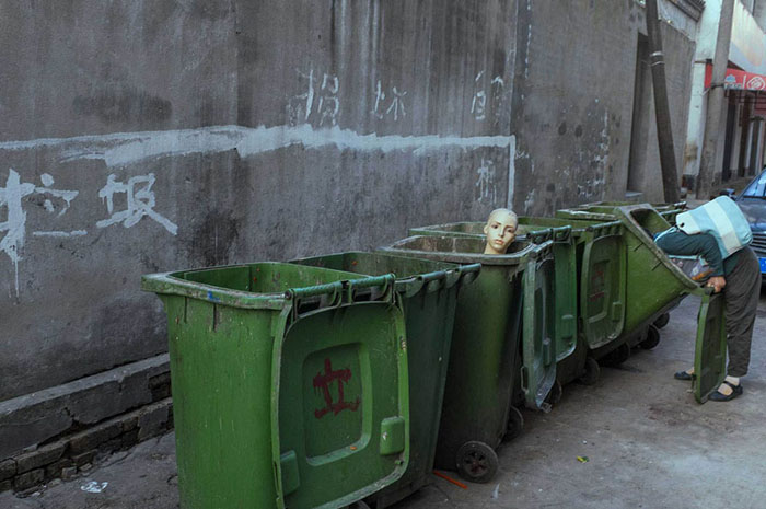 У мусорных баков.