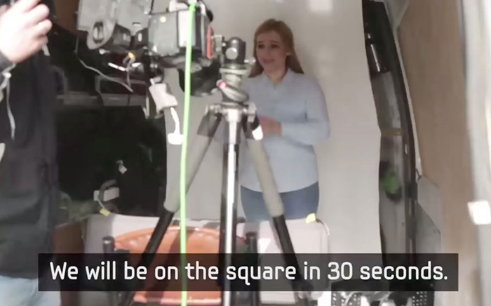 Мы будем на площади через 30 секунд.