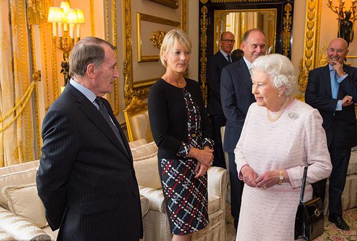 Иногда даже королеву приходится спасать от неприятных разговоров.
