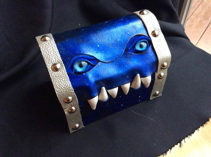 Синий чемодан от Fine Line Workshop.