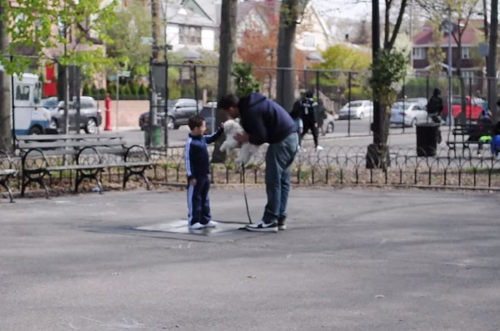С разрешения мамы, Джои проверяет мальчика, пойдет ли он с незнакомцем.