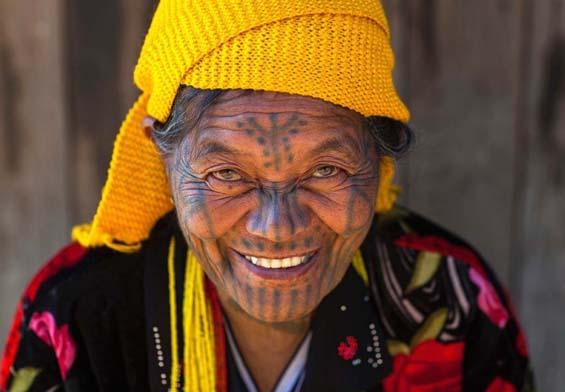Все женщины племени имеют татуировки на лице. Фото: Eric Lafforgue.