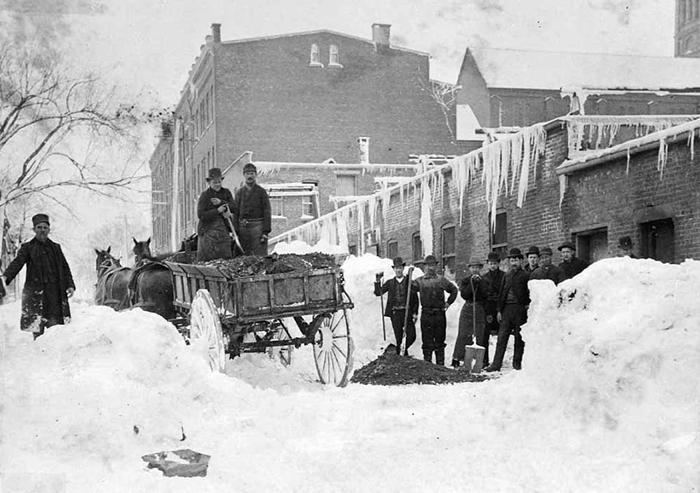 Работники компании TP Howell & Co в Ньюарке после Великой Метели.