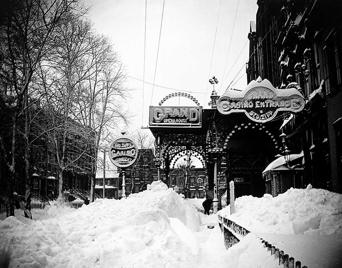 Дом Оперы в Бруклине под покрывалом снега. Март 1888г.