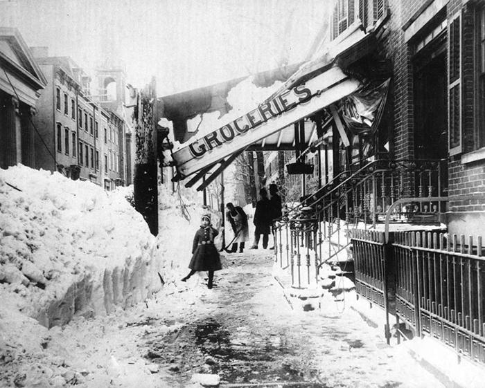 Вывеска магазина рухнула под весом снега.