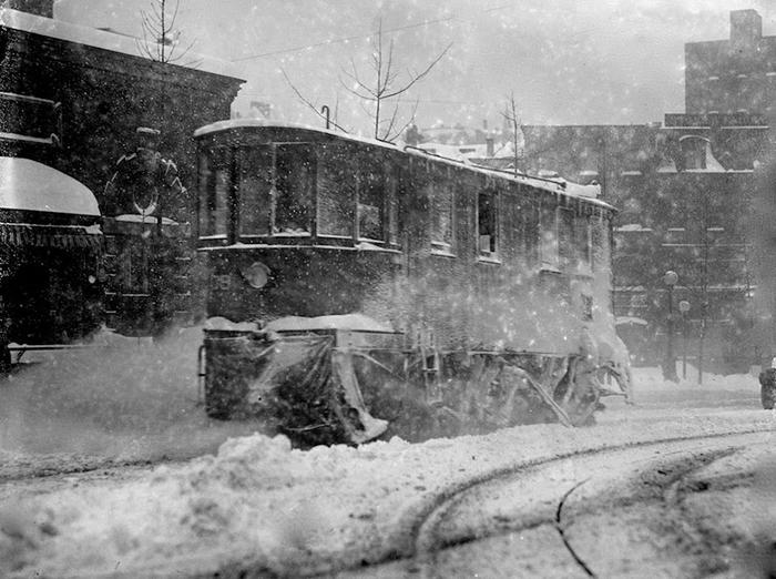 Толлейбус пытается проехать сквозь снег. Вашингтон.