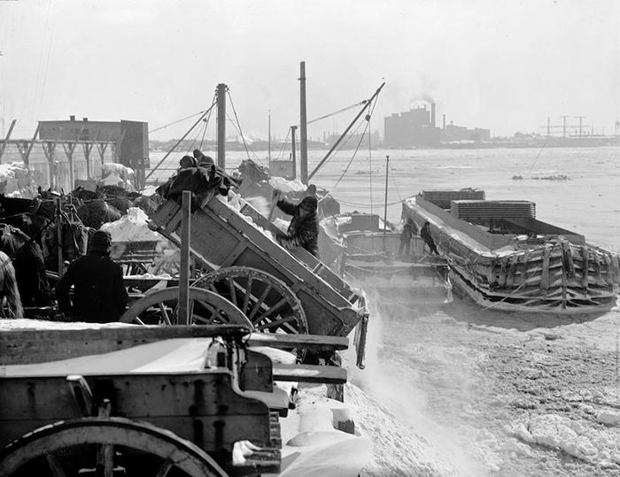 Снег, вывезенный из Нью-Йорка, выгружают в реку.