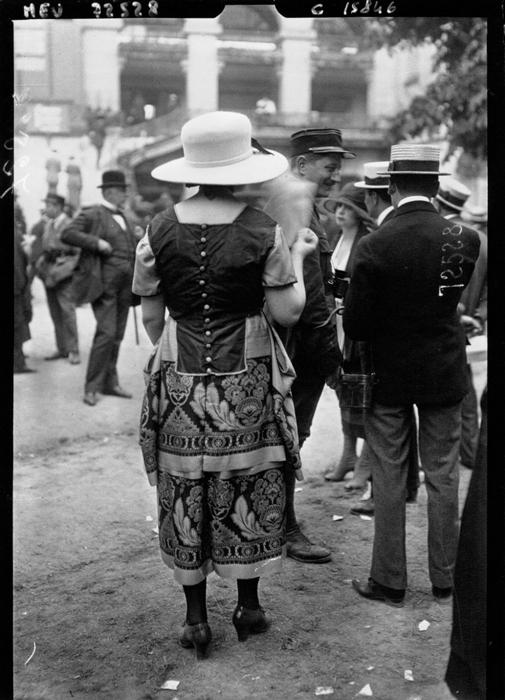 В 1919 год в моде были яркие платье без подчеркнутой талии.