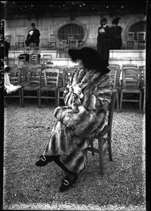 На ипподроме. Меховое пальто. 1911г.