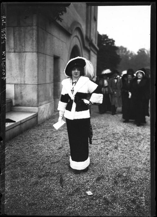 Элегантная девушка в Париже 1911г.