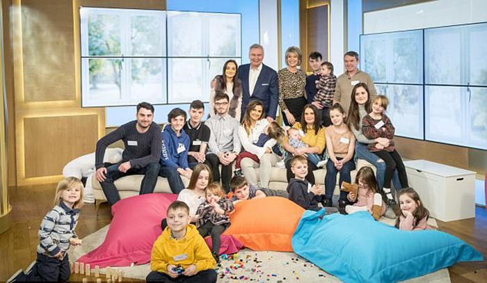 Сью и Ноэль и их двадцать детей.