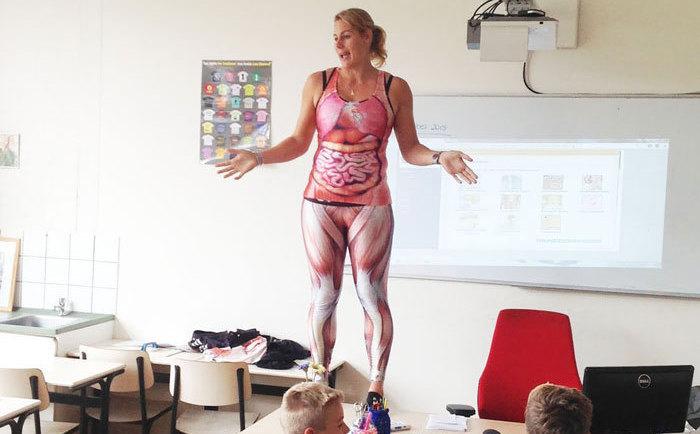 Учительница биологии использует наглядный материал.