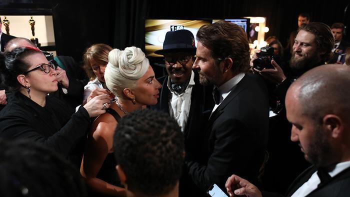 Гага и Купер за сценой.
