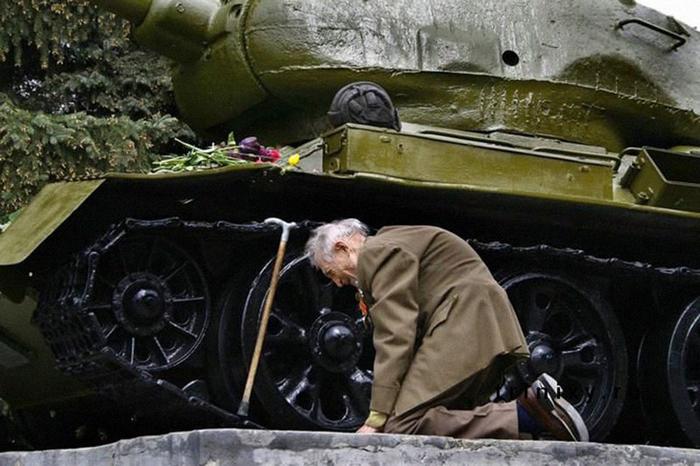Танк стоит на постаменте в одном из небольших городов России.