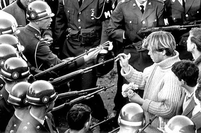 Фото: Bernie Boston. Антивоенный протест около Пентагона 21 октября 1967 года.