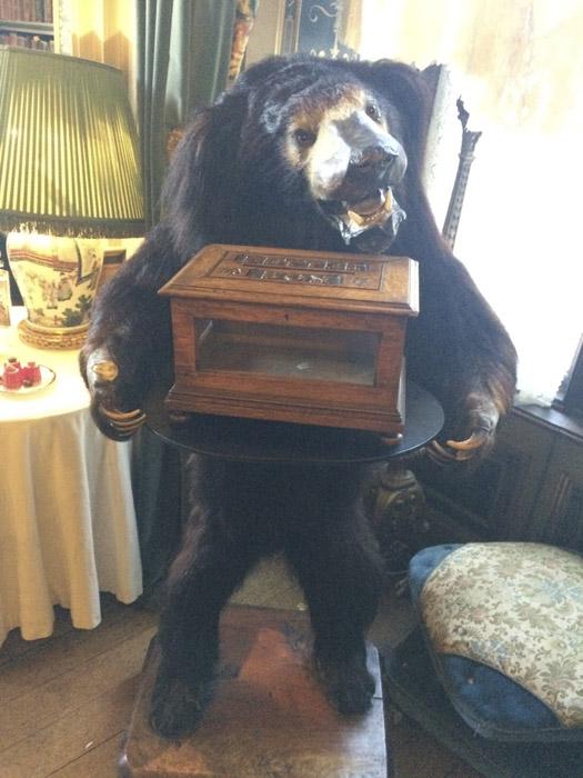 Странный медведь, странная шкатулка в лапах.