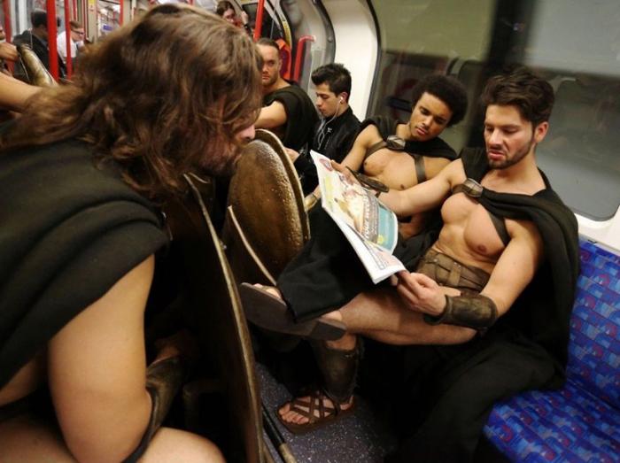 *Спартанцы* читают газету с новостями.