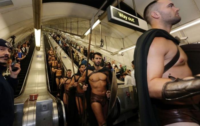 *Войско спартанцев* спускается в метро.