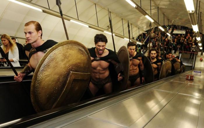 Спартанцы на эскалаторе.