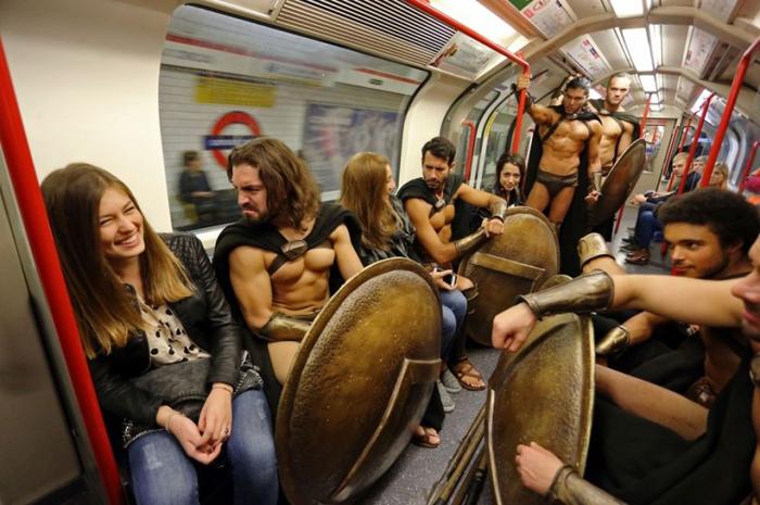Воины смущают девушек в метро.
