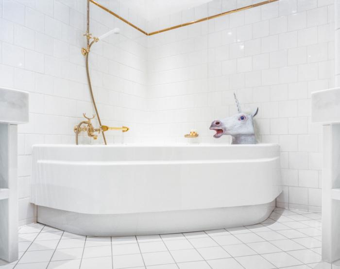 Единорог в ванной.