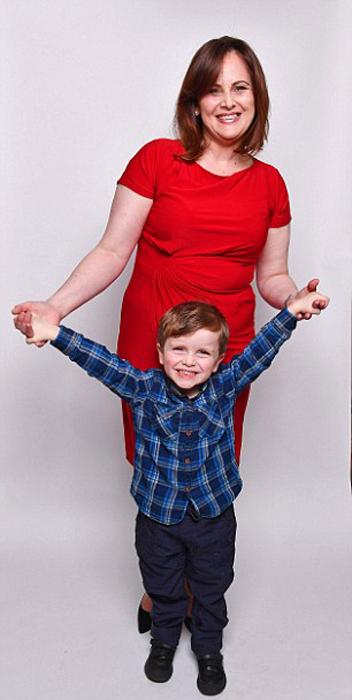 Никола и ее второй сын, рожденный, когда ей было 40 лет.
