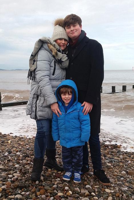 Никола со своими детьми.
