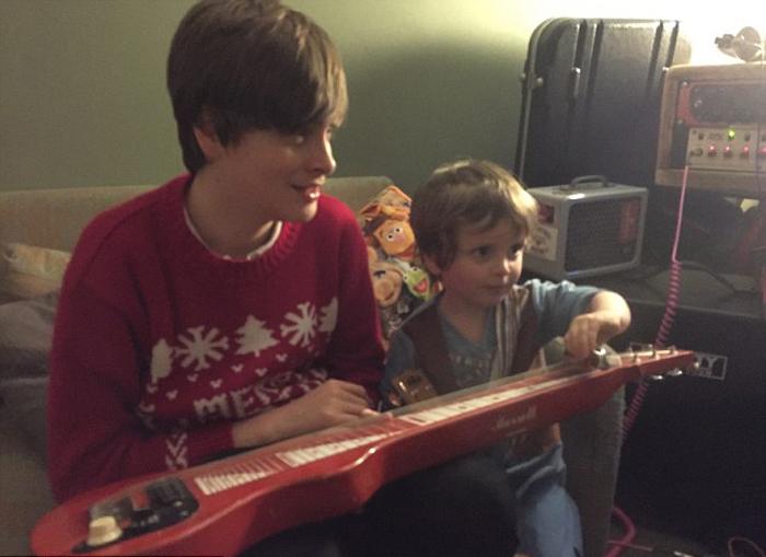 Дети Николы: 18-летний Ниал и 4-летний Тайлер.
