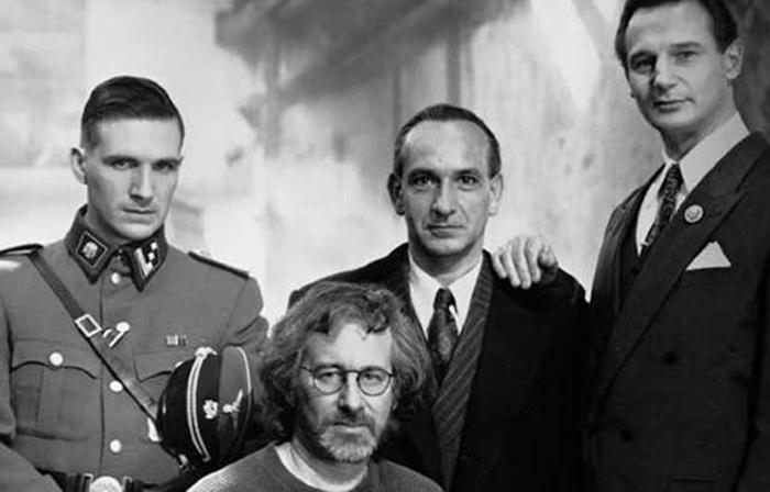 Стивен Спилберг с актерами фильма «Список Шиндлера».