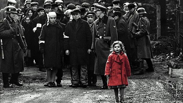 Девочка в красном пальто.
